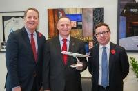ニュース画像 1枚目:左から、アメリカン航空のダグ・パーカーCEO、ニュージーランドのジョン・キー首相、カンタス・グループのアラン・ジョイスCEO