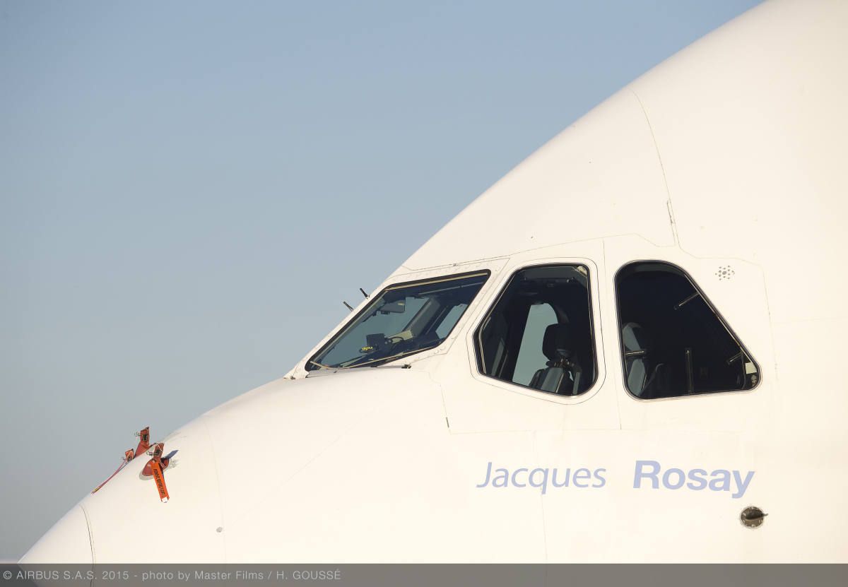 ニュース画像 1枚目:A380 初号機のコクピット下に「Jacques Rosay」と記された
