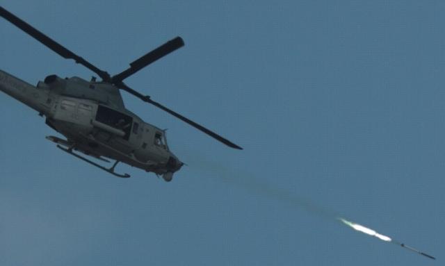 ニュース画像 1枚目:UH-1Yから発射されたAPKWS