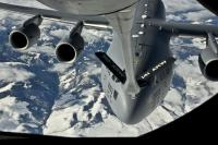 ニュース画像:ワシントン州上空でKC-135から空中給油を受けるC-17