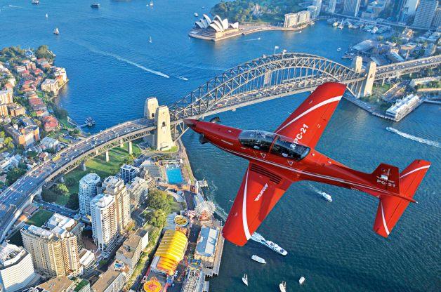 ニュース画像 1枚目:シドニーのハーバーブリッジ上空を飛ぶピラタスPC-21