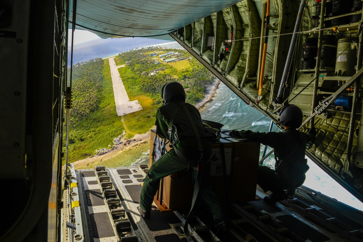 ニュース画像 1枚目:ファロップ島、ウルシー空港の滑走路が見える