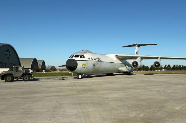 ニュース画像 1枚目:新設の展示場に搬入されるロッキードC-141Cスターリフター「ハノイ・タクシー」