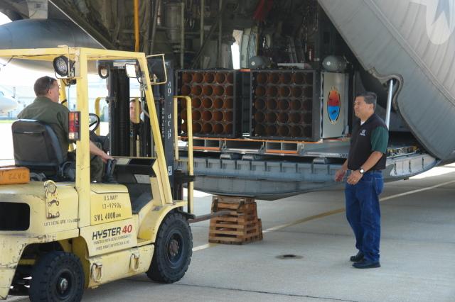 ニュース画像 1枚目:KC-130Tにフォークリフトでロール・オンされたソノブイ・ランチャー