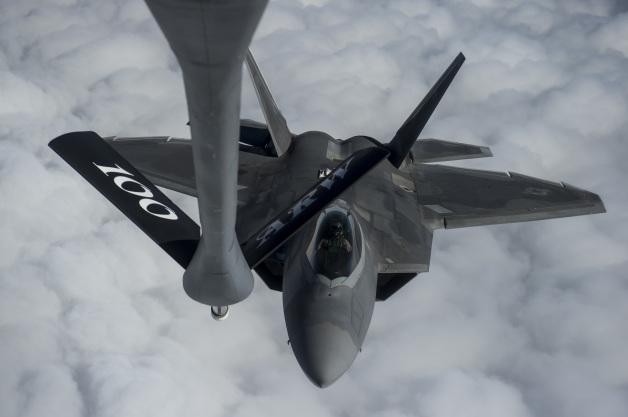 ニュース画像 1枚目:アラビア海上空で空中給油を受けるF-22