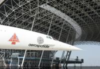 ニュース画像:コンコルド初号機、スカイマークA380の横を通り「新たな家」に到着
