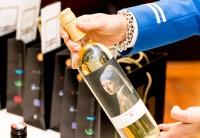 ニュース画像:KLM、レンブラントやフェルメールの絵画をラベルに印刷したワインを提供