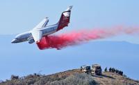 ニュース画像 1枚目:消火剤を散布するネプチューンのBAe146