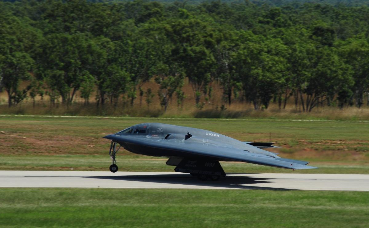 アメリカ空軍B-2、オーストラリア・ティンダル基地で即応性を訓練 | FlyTeam ニュース