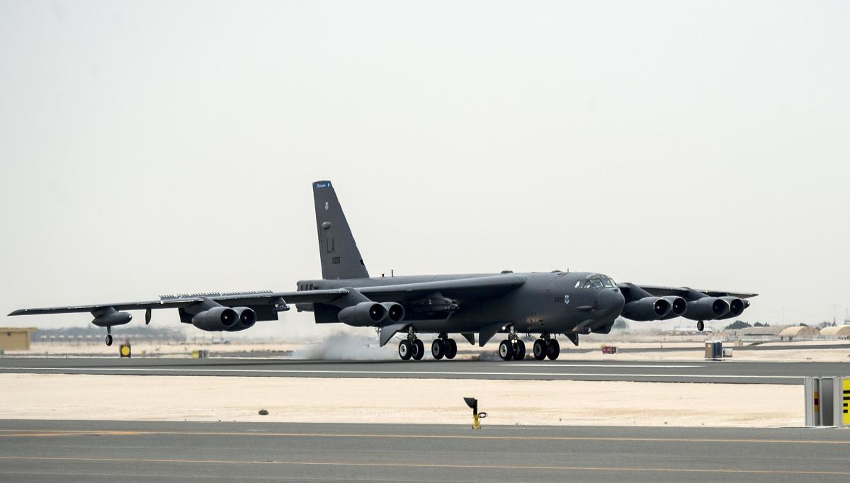 ニュース画像 1枚目:アル・ウデイド空軍基地に到着したB-52