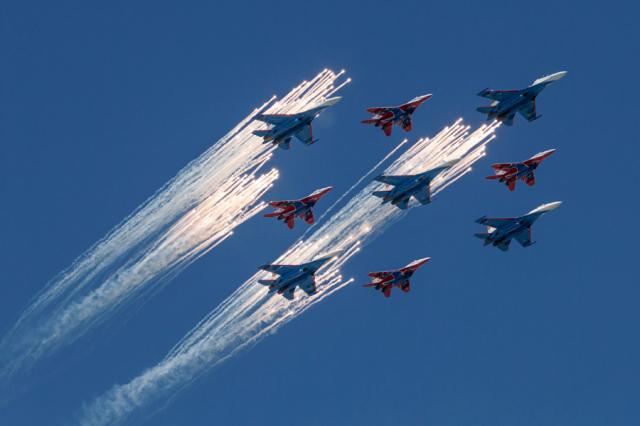 ニュース画像 1枚目:ロシアンナイツ、上空でフレア