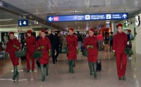 ニュース画像:アリタリア航空、赤とワインレッドが印象的な客室乗務員の新制服 着用開始