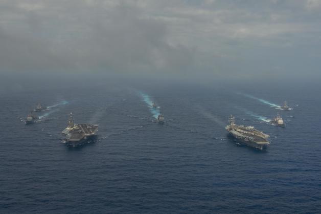 ニュース画像 1枚目:CVN-74とCVN-76の空母打撃群がフィリピン海を航行