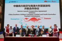 ニュース画像 1枚目:中国南方航空のアデレード就航で調印式