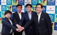 ニュース画像 1枚目:左から、吉廣・苅田町長、小川知事、チェ・ジンエアー代表理事、北橋・北九州市長