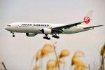 ちいたさんが、那覇空港で撮影した日本航空 777-246の航空フォト(写真)