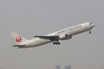 しんさんが、伊丹空港で撮影した日本航空 767-346の航空フォト(写真)