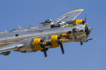 LAX Spotterさんが、チノ空港で撮影したLyon Air Museum B-17G Flying Fortressの航空フォト(写真)