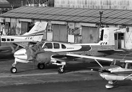 チャーリーマイクさんが、八尾空港で撮影した日本産業航空 D50 Twin Bonanzaの航空フォト(飛行機 写真・画像)