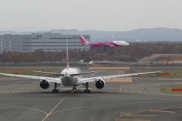 VEZEL 1500Xさんが、新千歳空港で撮影した日本航空 777-246の航空フォト(飛行機 写真・画像)