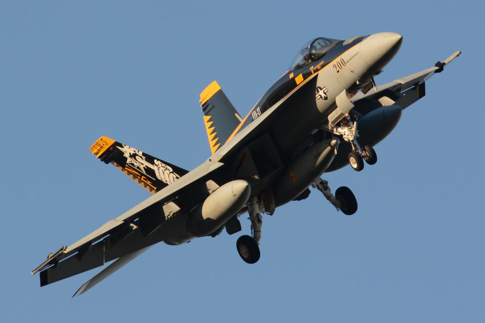 banshee02さんのアメリカ海軍 Boeing F/A-18 (NF200) 航空フォト