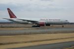 北の熊さんが、千歳基地で撮影したオムニエアインターナショナル 777-222/ERの航空フォト(写真)