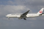 アイボさんが、那覇空港で撮影した日本航空 777-246の航空フォト(写真)