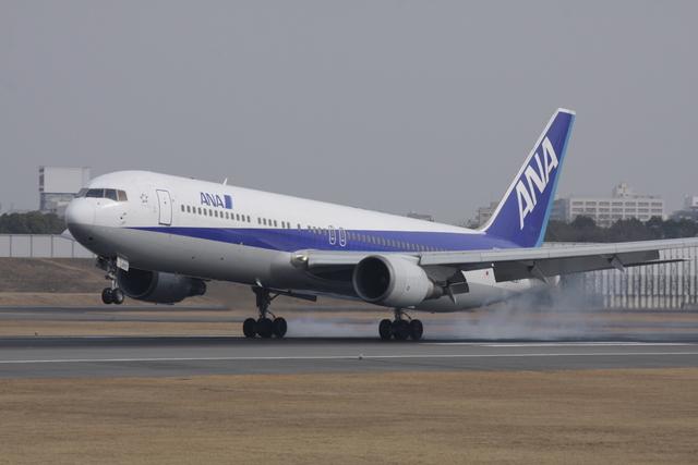 よっしぃさんが、伊丹空港で撮影した全日空 767-381の航空フォト(飛行機 写真・画像)