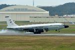 うめやしきさんが、嘉手納飛行場で撮影したアメリカ空軍 RC-135S/TF33 (717-158)の航空フォト(写真)
