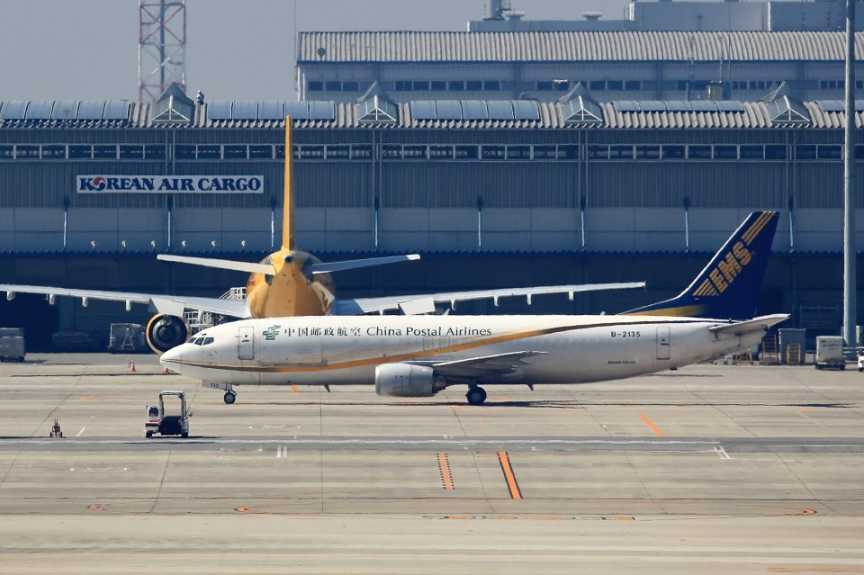 T.Sazenさんの中国郵政航空 Boeing 737-400 (B-2135) 航空フォト