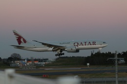 OS52さんが、成田国際空港で撮影したカタール航空 777-2DZ/LRの航空フォト(飛行機 写真・画像)