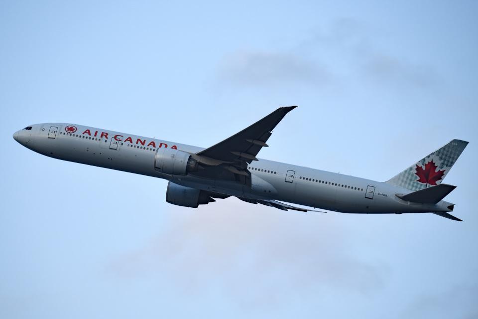 tsubasa0624さんのエア・カナダ Boeing 777-300 (C-FIUL) 航空フォト