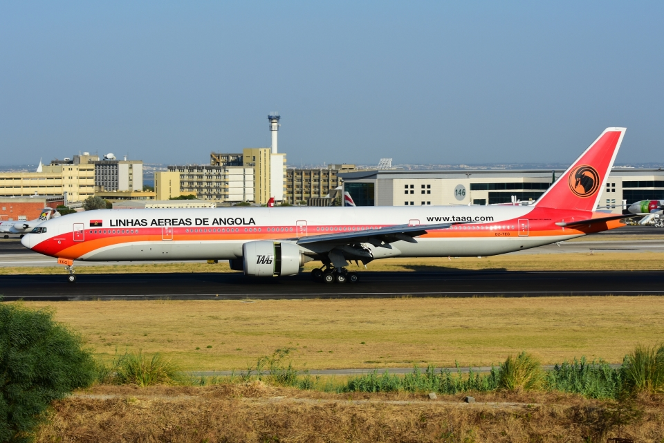 RUSSIANSKIさんのTAAGアンゴラ航空 Boeing 777-300 (D2-TEG) 航空フォト