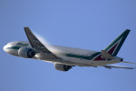 LAX Spotterさんが、ロサンゼルス国際空港で撮影したアリタリア航空 777-243/ERの航空フォト(写真)