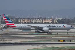 よっしぃさんが、ロサンゼルス国際空港で撮影したアメリカン航空 777-323/ERの航空フォト(写真)