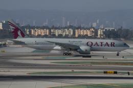 よっしぃさんが、ロサンゼルス国際空港で撮影したカタール航空 777-2DZ/LRの航空フォト(飛行機 写真・画像)