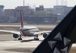 しゅあさんが、伊丹空港で撮影した日本航空 777-246の航空フォト(写真)