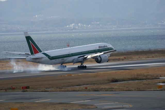 m-takagiさんが、関西国際空港で撮影したアリタリア航空 777-243/ERの航空フォト(飛行機 写真・画像)