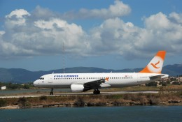 空飛ぶぽん吉☆さんが、コルフ・イオアニス・カポディストリアス空港で撮影したフリーバード・エアラインズ A320-214の航空フォト(飛行機 写真・画像)