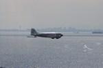新人スマイスさんが、幕張の浜で撮影したスーパーコンステレーション飛行協会 DC-3Aの航空フォト(写真)