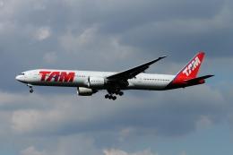 twining07さんが、ロンドン・ヒースロー空港で撮影したTAM航空 777-32W/ERの航空フォト(写真)