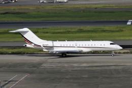 CROWNさんが、羽田空港で撮影したネットジェッツ・エイビエーション BD-700-1A10 Global 6000の航空フォト(写真)