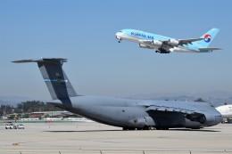 Ernie Heさんが、ロサンゼルス国際空港で撮影したアメリカ空軍 C-5M Super Galaxyの航空フォト(写真)
