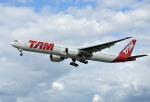 IL-18さんが、ロンドン・ヒースロー空港で撮影したTAM航空 777-32W/ERの航空フォト(写真)