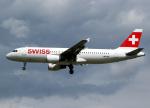 voyagerさんが、ロンドン・ヒースロー空港で撮影したスイスインターナショナルエアラインズ A320-214の航空フォト(飛行機 写真・画像)
