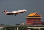 ケロさんが、台北松山空港で撮影した遠東航空 MD-82 (DC-9-82)の航空フォト(写真)
