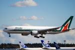 なまくら はげるさんが、成田国際空港で撮影したアリタリア航空 777-243/ERの航空フォト(写真)
