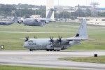 TRdenさんが、嘉手納飛行場で撮影したアメリカ海兵隊 KC-130J Herculesの航空フォト(写真)