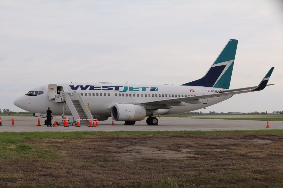 DREAMWINGさんのウェストジェット Boeing 737-700 (C-GSWJ) 航空フォト