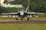 isiさんが、厚木飛行場で撮影したアメリカ海兵隊 F/A-18C Hornetの航空フォト(写真)